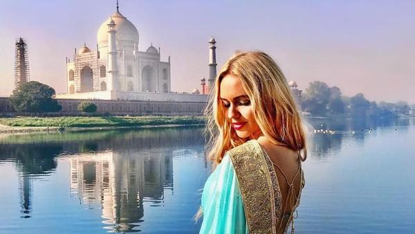 Termasuk di antaranya Taj Mahal, keajaiban dunia di India. Madeleine tampak cantik mengenakan sari. (Foto: Instagram/@pilotmadeleine)