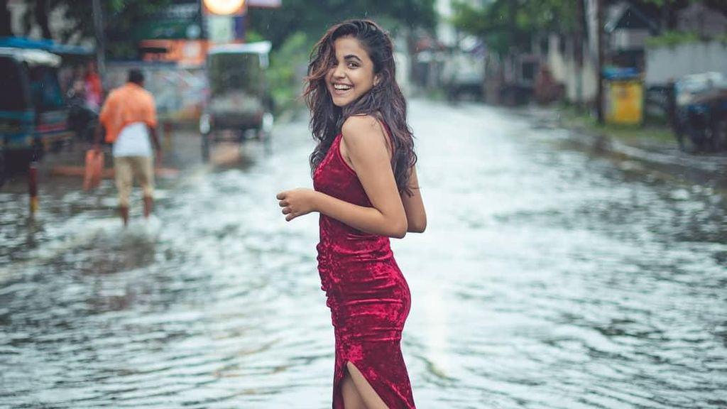 Pemotretan Fashion di Tengah Banjir, Mahasiswi Ini Dihujat Netizen