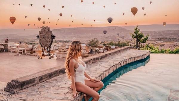 Ada juga potret saat Madeleine menikmati pemandangan balon udara Cappadocia. Saat ini followers Madeleine di Instagram sudah 1,1 juta orang. (Foto: Instagram/@pilotmadeleine)