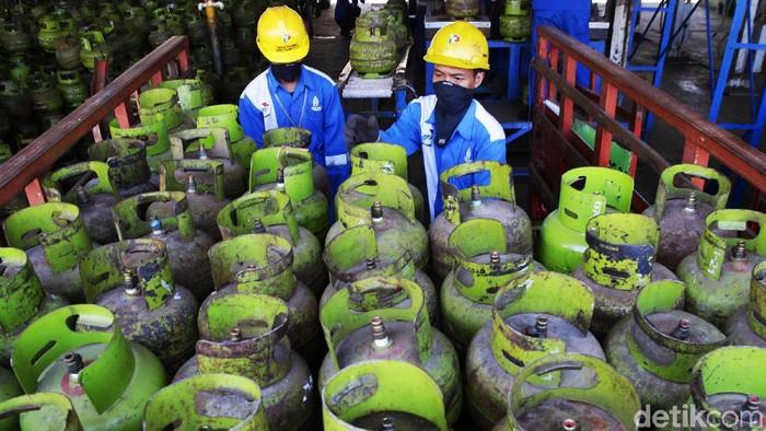 Petugas melakukan pengisian gas ke dalam tabung LPG 3 kg di Stasiun Pengisian Bahan bakar Elpiji (SPBE) di kawasan Terminal LPG Makassar, Kamis (3/10/2019). Setiap hari terminal tersebut memproduksi 22 ribu tabung 3 kg berisi gas dengan kapasitas 60-70 metrik ton untuk kebutuhan warga Makassar.