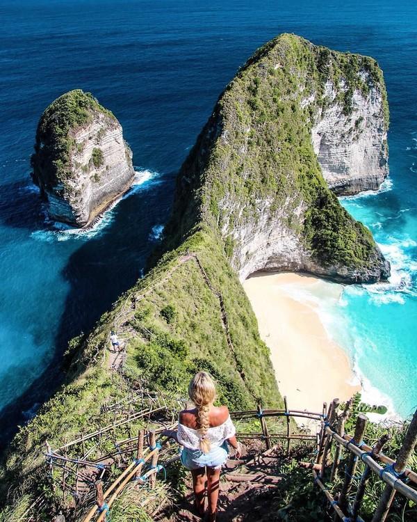 Madeleine juga pernah liburan ke Bali. Dia berfoto dengan latar belakang Pantai Kelingking yang terkenal di Nusa Penida. (Foto: Instagram/@pilotmadeleine)