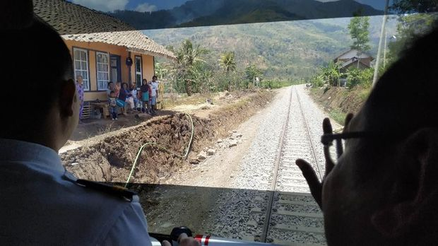 Senyum semringah warga sambut kereta di jalur reaktivasi Cibatu-Wanaraja