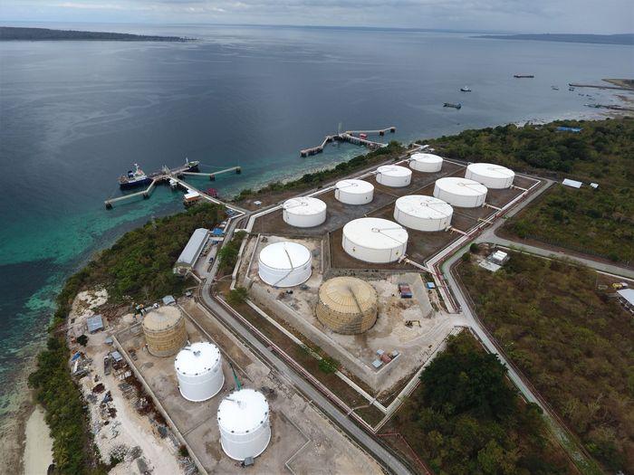 Kapal tanker melakukan bongkar BBM di salah satu jetty milik PT Pertamina (Persero) Terminal Transit BBM Baubau, Sulawesi Tenggara, Rabu (2/10/2019). ANTARA FOTO/Jojon.
