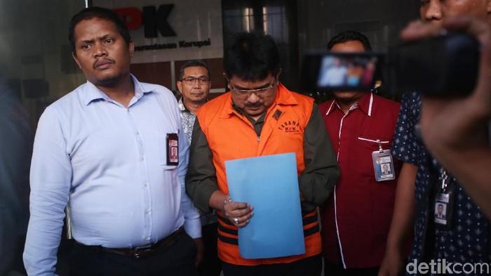 KPK menahan tersangka kasus dugaan suap dalam restitusi pajak PT Wahana Auto Eka Marga (WAE). Mereka adalah mantan Kepala Kantor Pelayanan Pajak Penanaman Modal Asing Tiga Yul Dirga (berkacamata) dan Fungsional Pemeriksa Pajak Pertama, Kantor Pelayanan Pajak Penanaman Modal Asing Tiga, Kantor Wilayah Direktorat Jenderal Pajak Jakarta Khusus M Naim Fahmi.