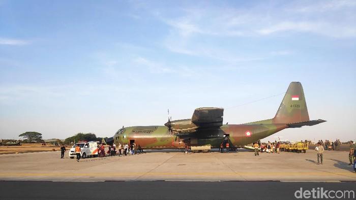 Warga Sumbar yang eksodus dari Wamena tiba di Lanud Halim Perdanakusuma menumpangi Hercules C130, Kamis (3/10/2019). Kadispen TNI AU, Marsma TNI Fajar Adriyanto, mengatakan warga akan lanjut ke Sumbar malam ini