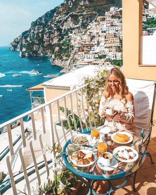 Sebagai seorang pilot, traveling sudah jadi kegiatan sehari-hari Madeleine. Sudah banyak destinasi cantik di berbagai penjuru dunia yang dikunjungi Madeleine. (Foto: Instagram/@pilotmadeleine)
