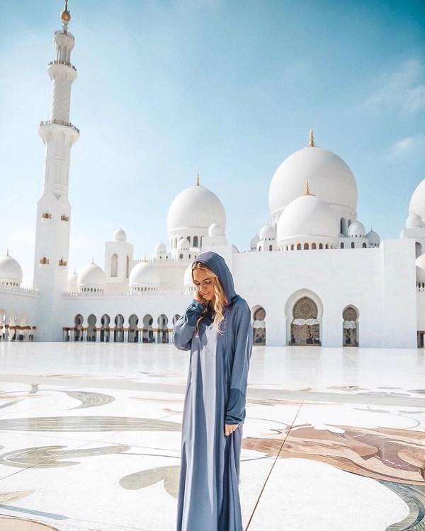 Madeleine juga pernah melancong ke Timur Tengah. Dia mengunjungi Masjid Sheikh Zayed di Abu Dhabi yang banyak dikunjungi selebriti dunia. (Foto: Instagram/@pilotmadeleine)