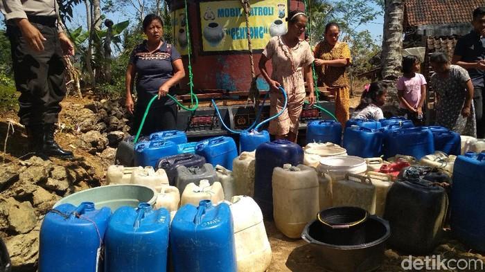 Warga antre air bersih di Trenggalek (Adhar Muttaqin/detikcom)