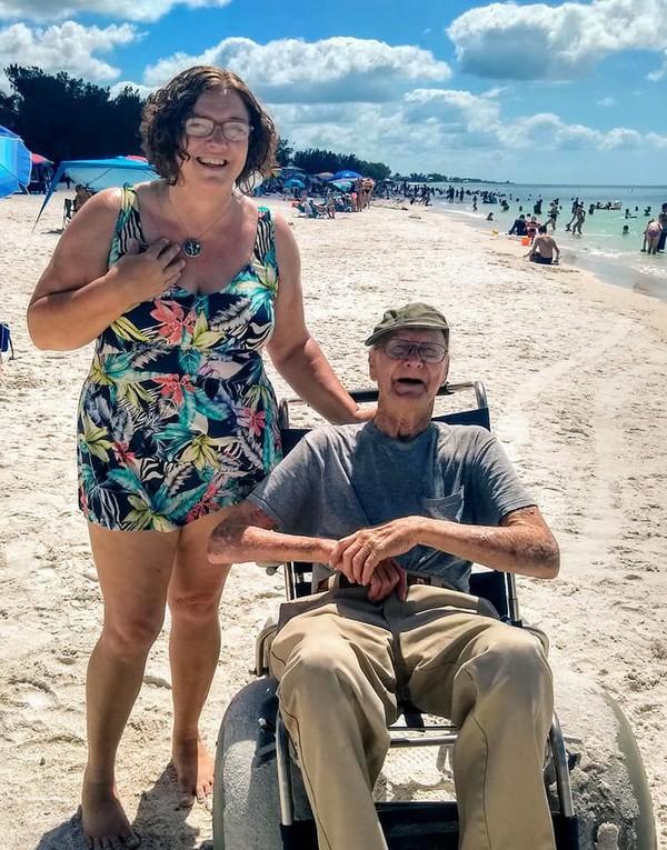 Lihatlah wajah sneang Howard Fisher saat di pantai. Dia pun mengatakan kepada putrinya bahwa nanti dia ingin datang lagi ke pantai. (Sandra Fisher Van Nostrand/Facebook)
