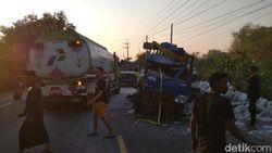 Dua Truk Adu Banteng di Bojonegoro, Muatan Bata Berserakan di Jalan