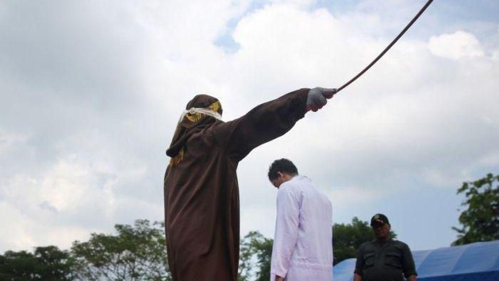Pasangan Gay di Banda Aceh Divonis Hukum Cambuk 80 Kali