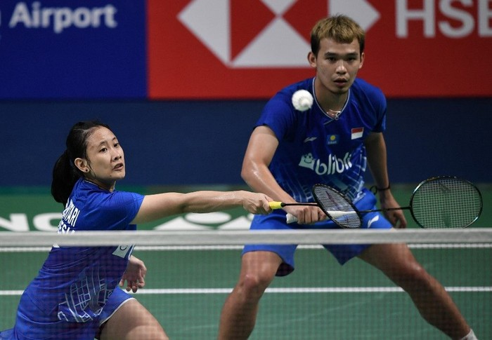 Indonesias Pitha Haningtyas Mentari (L) plays a shot as teammate Rinov Rivaldy looks on during the mixed doubles semi-final match against Thailands Dechapol Puavaranukroh and Sapsiree Taerattanachai at the Korea Open badminton tournament in Incheon on September 28, 2019. (Photo by Jung Yeon-je / AFP)