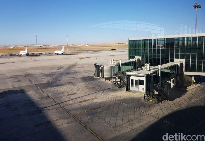 Bandara Internasional Queen Alia (QAIA) terdiri dari dua landasan pacu paralel yang panjangnya 3.660 meter dan lebar 61 meter.