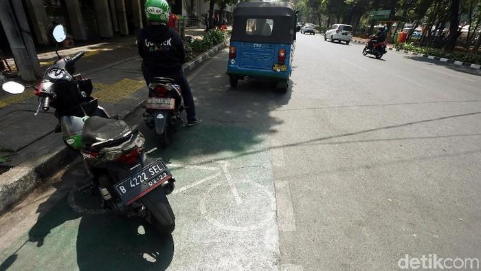 Jalur sepeda di Melawai, Jakarta Selatan yang disalahgunakan motor dan bajaj. Foto: Rengga Sancaya