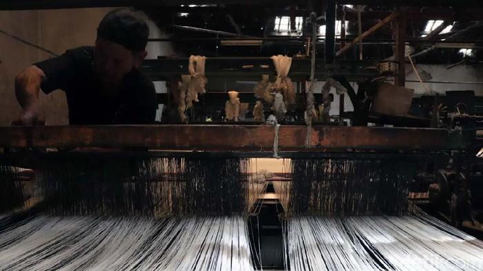 Produk tekstil impor dari China makin deras masuk ke Indonesia. Para pengusaha industri Tekstil dan Produk Tekstil (TPT) di Jabar pun mengeluh karena terancam bangkrut.