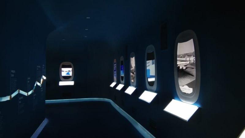 Terowongan kapsul waktu yang akan membawa traveler masuk ke lorong pesawat. Suasananya juga membawa traveler merasakan berada di dalam pesawat sungguhan (Tasya/detikcom)
