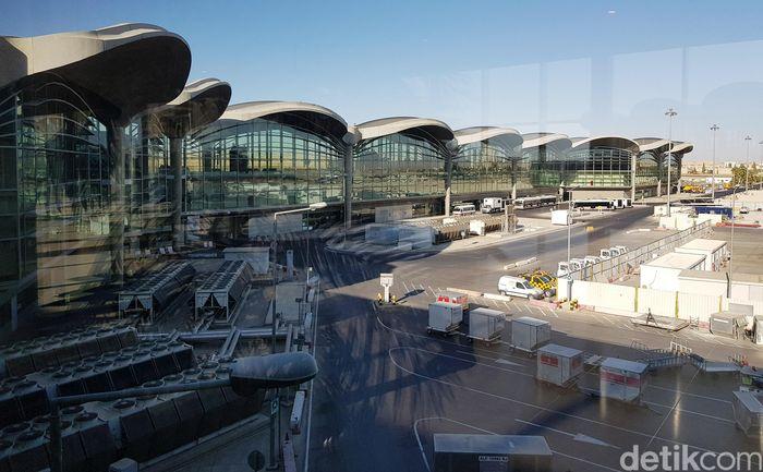 Bandara Internasional Queen Alia (QAIA) didirikan pada tahun 1983 sebagai bandara utama dan terbesar Yordania.
