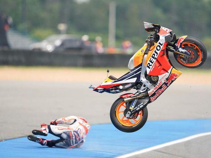 Foto saat Marc Marquez terjatuh di sesi latihan bebas pertama MotoGP Thailand. (Foto: dok. Instagram Marc Marquez)