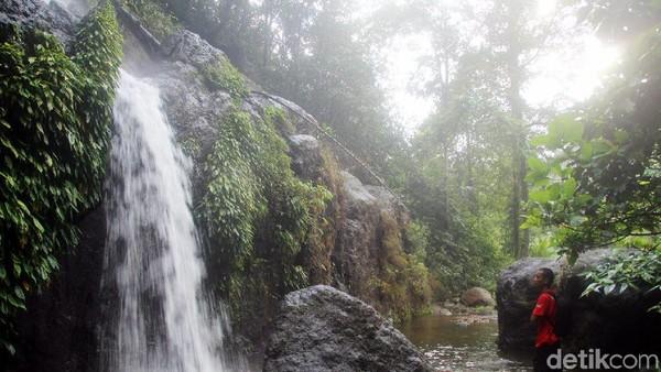 Traveler harus berhati-hati saat melangkahkan kaki di lokasi Air Terjun Mangngae ini, lantaran banyaknya bebatuan besar dan cukup licin. (Abdy Febriady/detikcom)