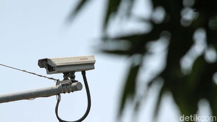 Sejumlah pemotor terpantau masih melakukan pelanggaran lalu lintas di jalan Sudirman-Thamrin, Jakarta, Jumat (4/10). Padahal di jalan protokol ini telah terpasang CCTV.
