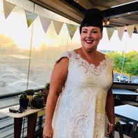 Tammy Hall pakai gaun pernikahannya di berbagai aktivitas sehari-hari