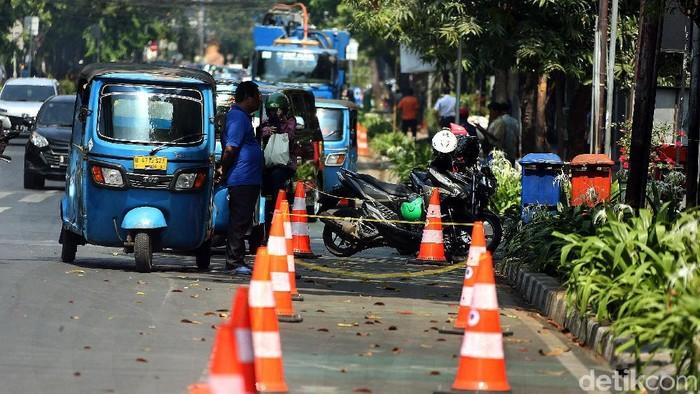 Pemprov DKI Jakarta membangun sejumlah jalur sepeda di jalanan ibu kota. Namun, di kawasan Melawai, jalur itu masih disalahgunakan oleh pemotor dan juga bajaj.