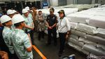 Gaya Sri Mulyani Blusukan Cek Tekstil Impor