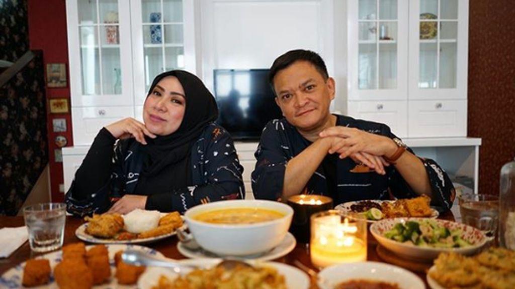 Doyan atau Rakus? Ini Vlog Perdana Melly Goeslaw dan Hedi Yunus