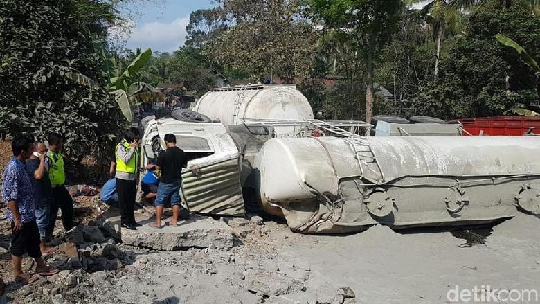 Truk Tronton Terguling Menutupi Jalan Purworejo-Magelang