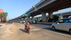 Sebagian Trotoar di Tengah Jalan Kalimalang Dibongkar, Lalin Lebih Lancar