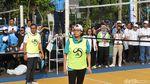 Gaul! Gaya Sri Mulyani Main Voli, Topi Diputar ke Belakang