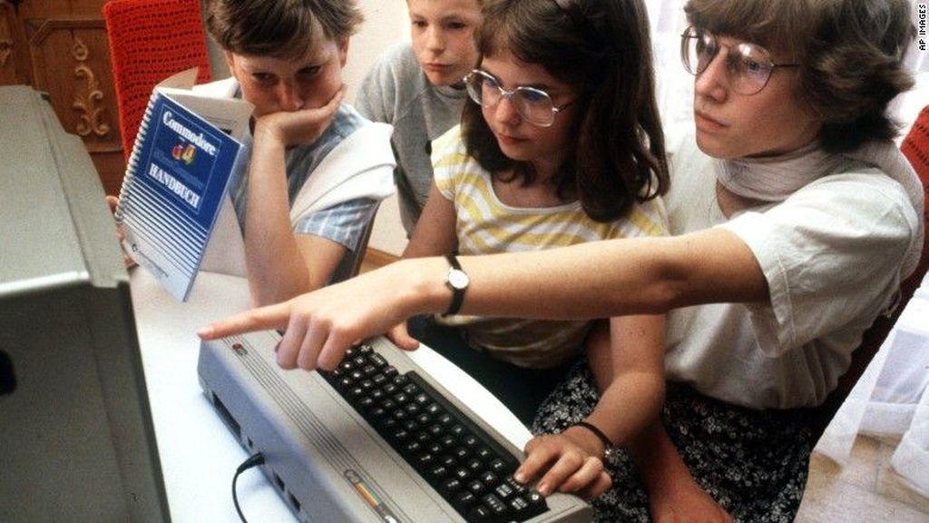 Commodore 64 PC. Diperkenalkan tahun 1982, Commodore 64 PC menuai kesuksesan dengan angka penjualan 10 juta unit. Tapi tahukah kamu perangkat ini membawa RAM 64 KB dan dijual seharga USD 595. Foto: CNN
