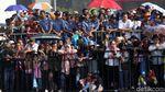 Aksi Warga di Balik Alutsista TNI