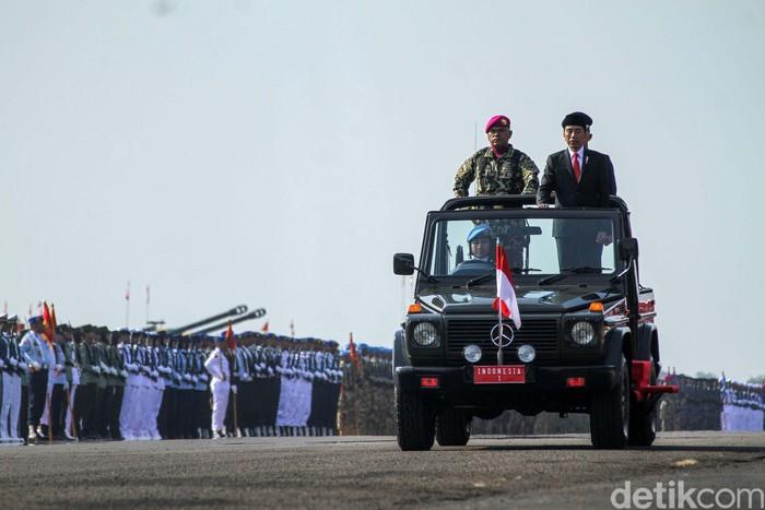Peringatan HUT Ke-74 TNI Tahun 2019 digelar di Lapangan Udara Halim Perdana Kusuma, Jakarta Timur. Berbagai pesawat tempur milik TNI bermanuver di langit Jakarta.