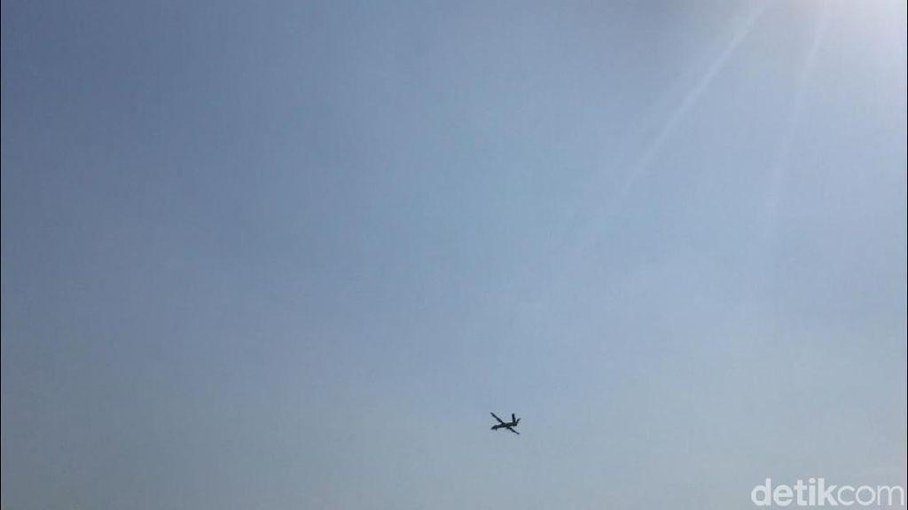 Perayaan HUT ke-74 TNI berbeda dari sebelumnya. Di hadapan Presiden Joko Widodo, TNI menampilkan pesawat tanpa awak, yakni pesawat CH-4. (Farih/detikcom)