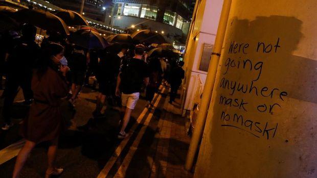 Demonstran antipemerintah kembali turun ke jalan setelah pemerintah Hong Kong melarang penggunaan masker saat unjuk rasa