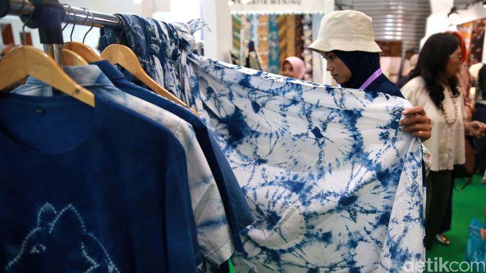 Para pengunjung melihat koleksi batik dalam pameran Interior & Craft (ICRA) Exhibition 2019 di Jakarta Convention Center, Jakarta, Sabtu (5/10/2019).