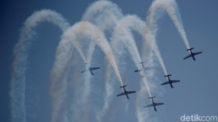 The Indonesian Air Forces aerobatic team performs during celebrations for the 74th Indonesian National Armed Forces day at Halim Perdanakusuma airbase in Jakarta, Indonesia, October 5, 2019. REUTERS/Willy Kurniawan