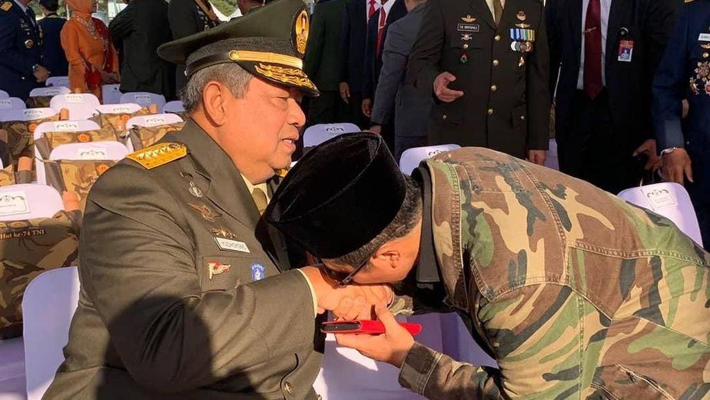 Momen SBY Berbaju Militer di HUT TNI, Yusuf Mansur Senang Bisa Cium Tangan