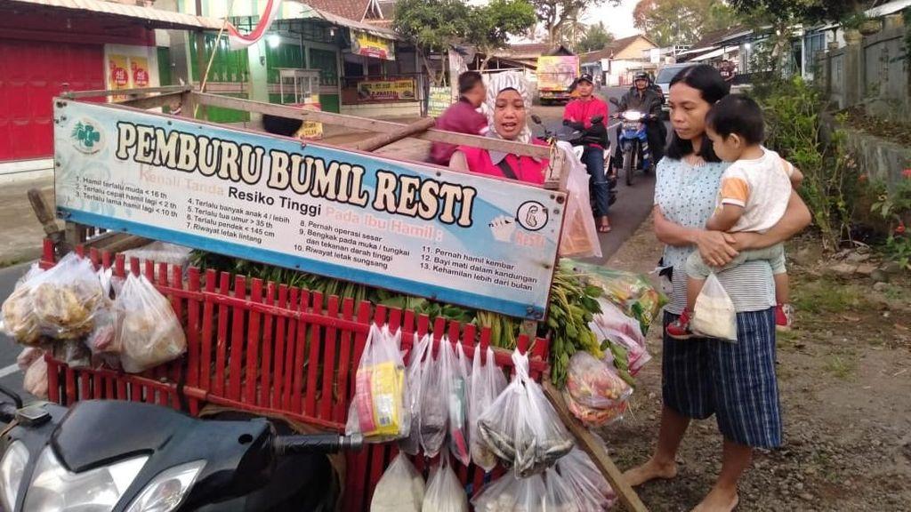 Sambil Jualan, Pedagang Sayur di Sempu Berburu Ibu Hamil