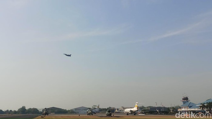 Atraksi pesawat tempur di HUT TNI ke 74. Foto: Farih/detikcom