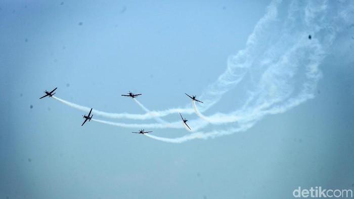 Atraksi udara dari Tim aerobatik TNI AU, Jupiter Aerobatic Team (JAT) memeriahkan HUT ke-74 TNI. Begini aksinya.