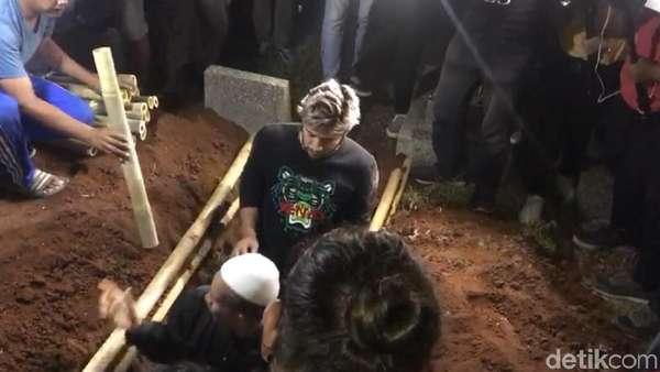 Ketegaran Ammar Zoni Gendong dan Makamkan Bayi Kembarnya
