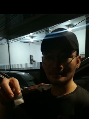 Daffa menunjukkan plastik klip berisi sabu ke kamera.