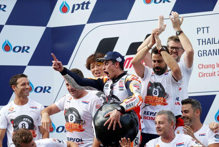 Marquez melakukan perayaan di atas podium usai menjuarai MotoGP Thailand.