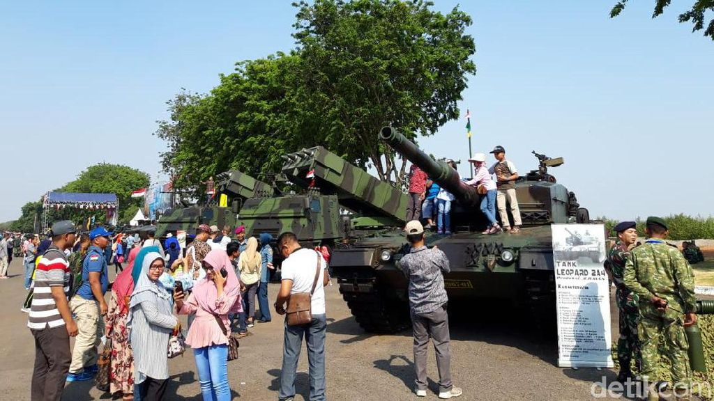 Warga Surabaya Berebut Bajak Kendaraan Tempur TNI