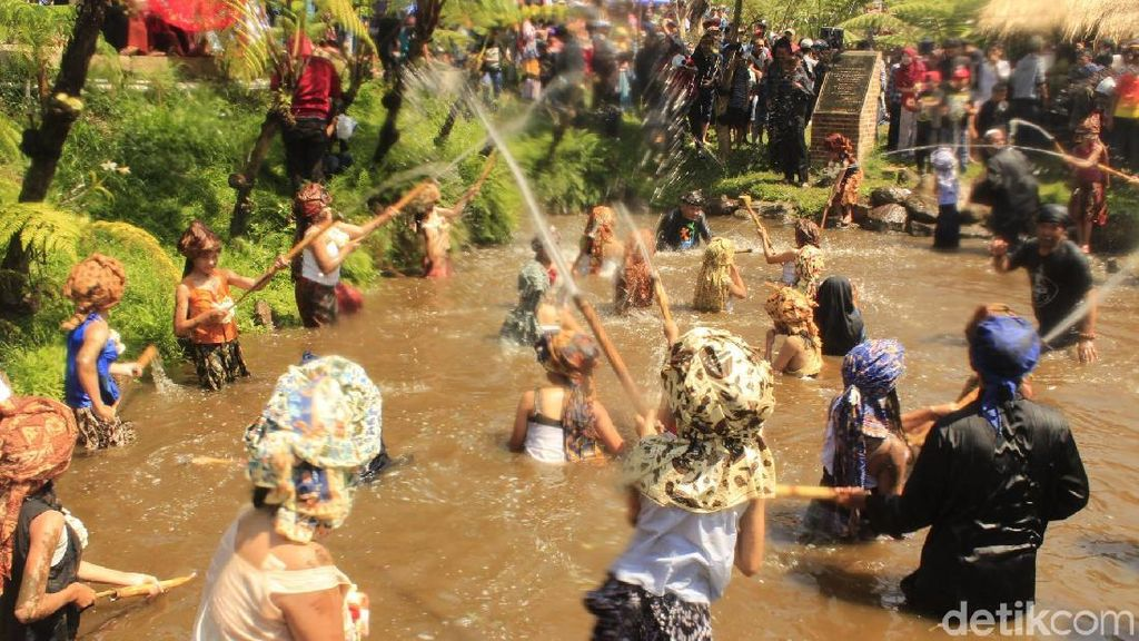 Jaga Sumber Air, Warga Bandung Barat Gelar Ritual Sampai Kerasukan