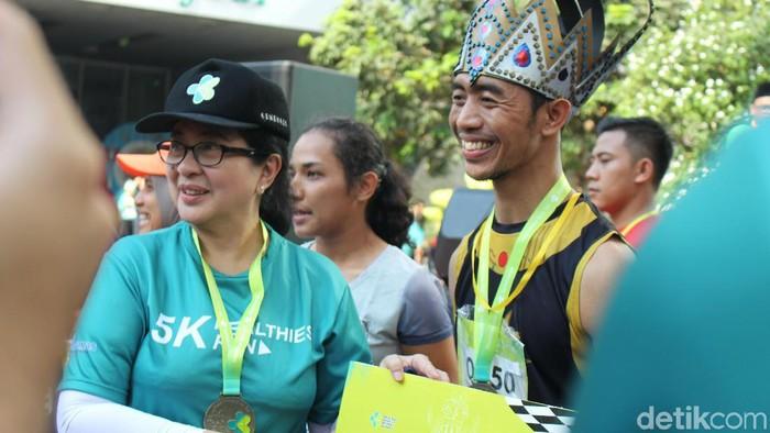 Menkes 2014-2019, Nila F Moeloek bersama seorang peserta lomba lari berkostum Gatotkaca di kementerian kesehatan. (Foto: Nabila Ulfa Jayanti/detikHealth)