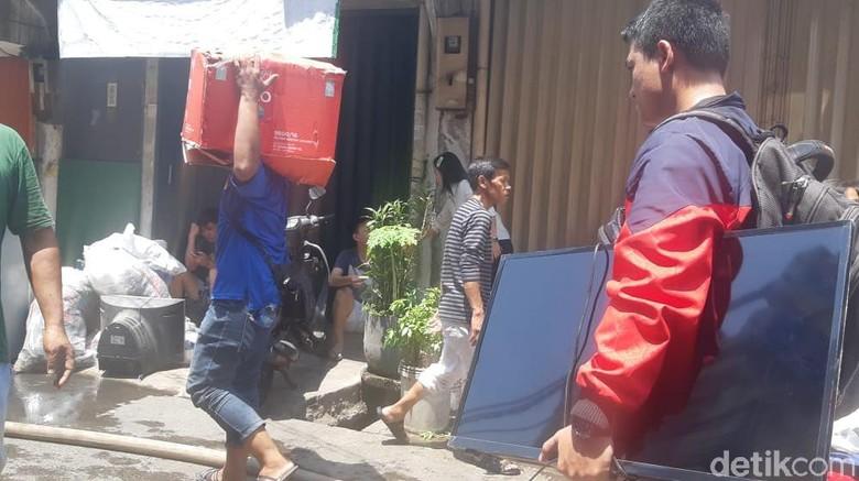Kebakaran di Taman Sari Belum Padam, Warga Selamatkan TV hingga Kasur
