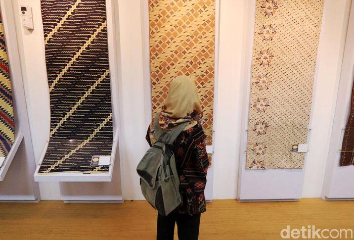 Seorang pengunjung melihat-lihat batik yang dipamerkan Gedung Museum Kota Bandung, Sabtu (5/9/2019).